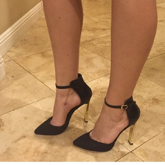 47c58dfa3d9 Brand new pointed toe ankle strap gold tone heel