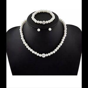 Jewelry - 3 pc.    Fashion pearl necklace set, new item !