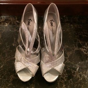 Shoes - 🚨FINAL PRICE🚨👠Beautiful Silver heels👠