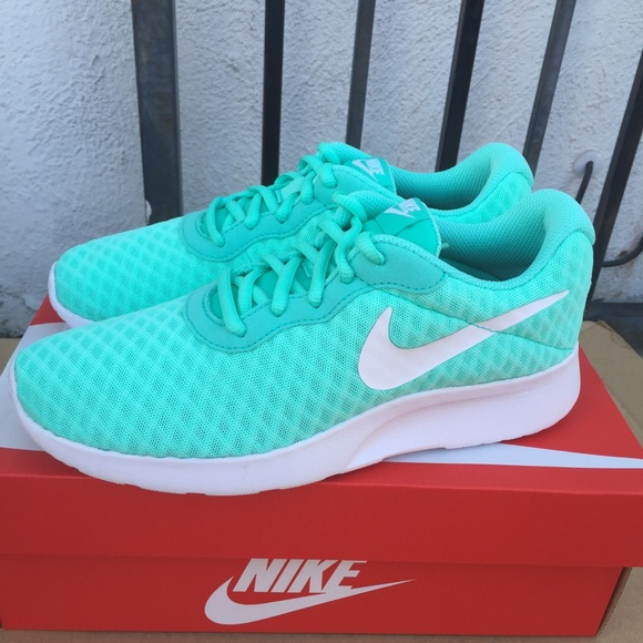 NIKE WOMENS turquoise athletic shoes Sz 6 new