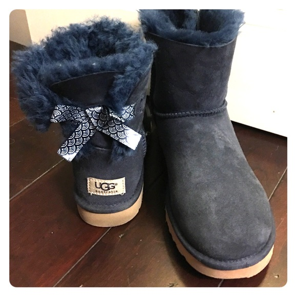 387c22bf17d Short navy ugg boots size 8, like new