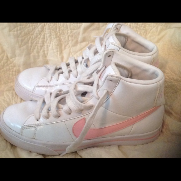 Nike Women s Classic High Tops with Pink Swoosh. M 57cc4200f0137d098d001f81 0a0c8519c