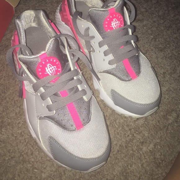 the latest d80e6 16724 Huaraches size 5y pink , grey , and white 😊