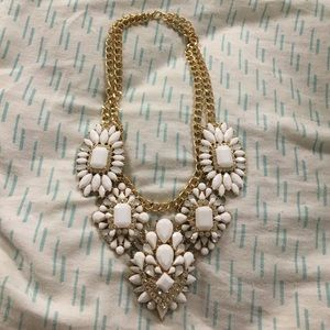 Jewelry - NWOT Pretty white and gold necklace