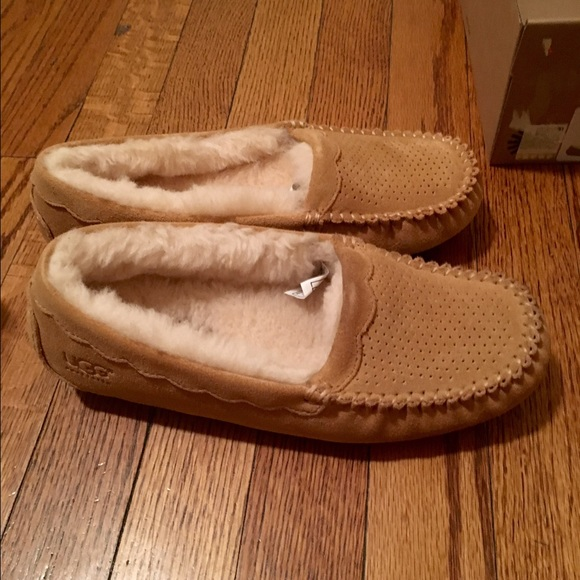fb2d6f3ce4d Womens Ugg Moc Scallop Slipper, size 7, brand new NWT