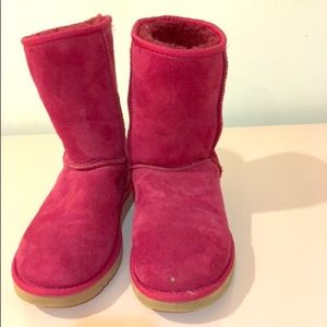 UGG rose-colored short classic boots.