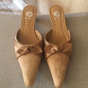 Yellow box pointed toe heel
