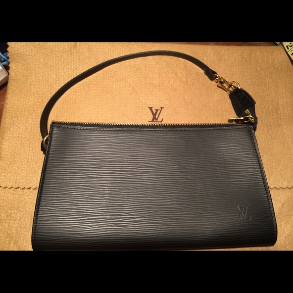 Louis Vuitton Handbags - Louis Vuitton EPI Pochette Accessoires AR1001 2efc7328be