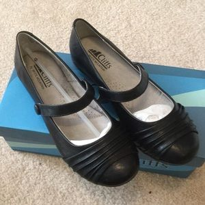 New black ballet shoes with strap size 6.5