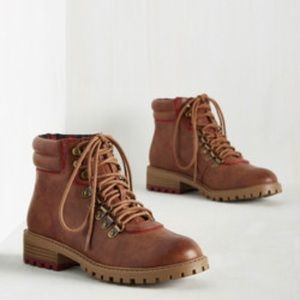Brown ankle lace-up hiking / combat boots, NEW