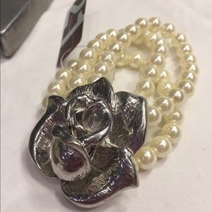 Jewelry - NWT Pearl bracelet from Forever 21 w/ silver rose