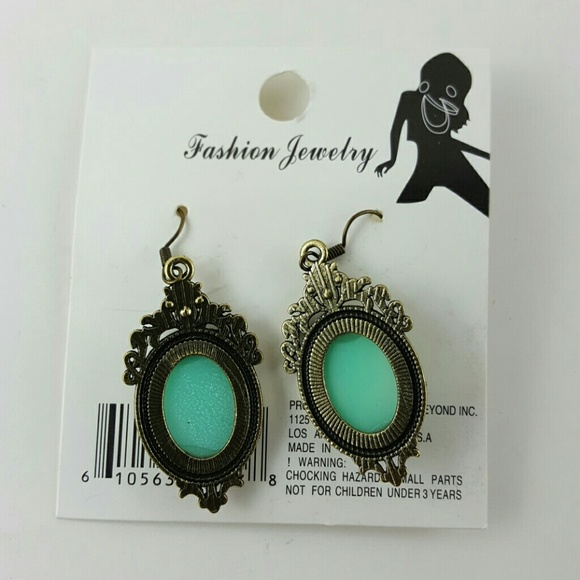 Vintage Jewelry - VINTAGE Lady Cameo Earrings