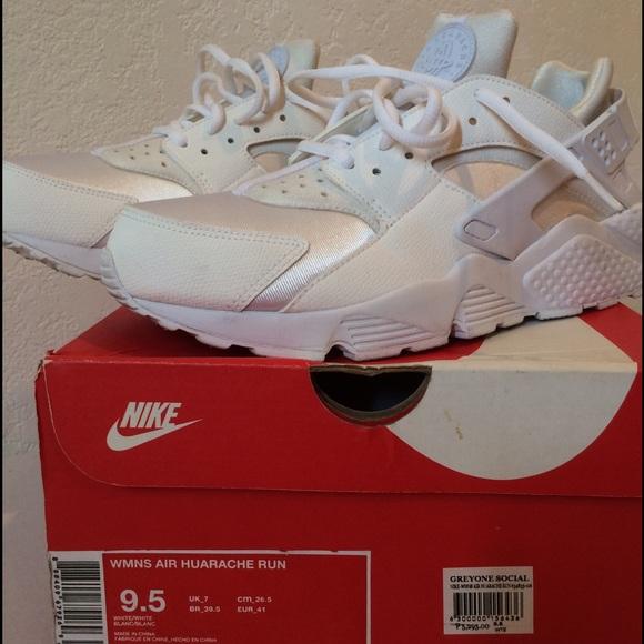 b1049ea1093a0 Nike womens Air Huarache White. M 57d72effeaf030a7020101a3