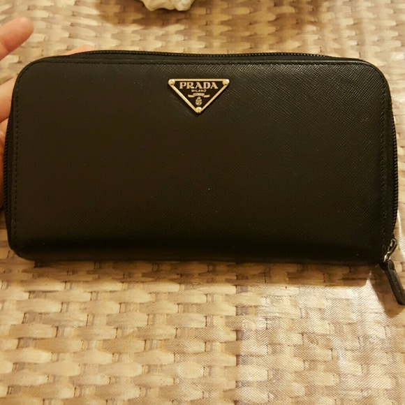 a5e270105c82 🔥HOT SALE!🔥AUTHENTIC LEATHER PRADA ZIPPER WALLET.  M 57d940a9a88e7d9ef706b6f3