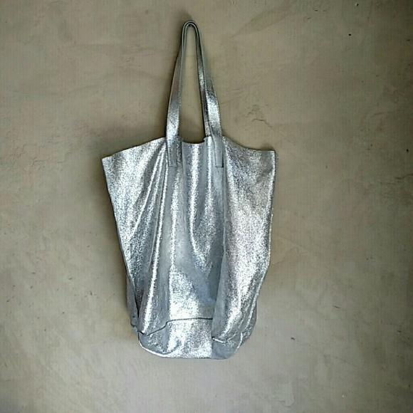 Silence + Noise Silver Metallic Leather Tote Bag. M 57eece424127d052da010664 f6745fb50c7e2