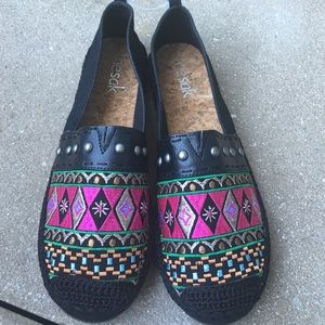 Thesak Shoes - the Sak embroidered shoes