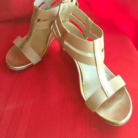 c11dedf8593 Kenneth Cole Reaction Shoes - Wedges cedar stretch sandal in gold