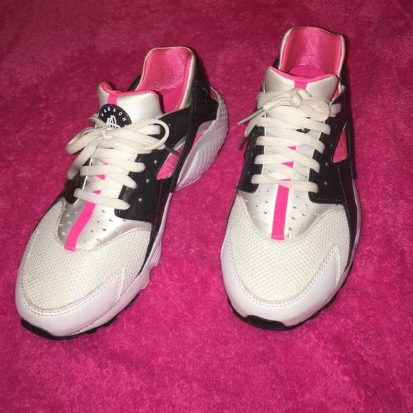 a01161ecf3a4 Nike Huaraches Run- Girls  Grade School. M 57db45e0bf6df5ee0a017322