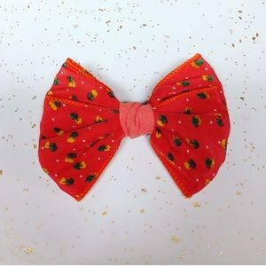 Accessories - Orange bow hair clip.
