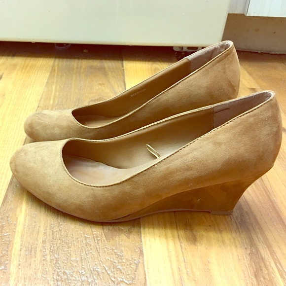 1d1a9290795 Camel colored suede wedges. M 57dc8a90713fdee0070016ce