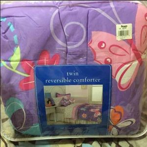 Other - New twin reversible comforter 180 thread count set