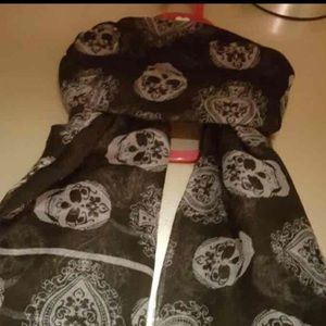 NWOTBlack and white scull scarf