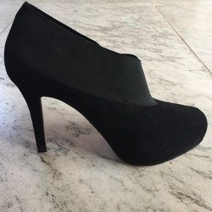 Black suede pumps by Rosegold