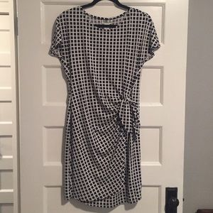 Robbie Bee Dresses & Skirts - Short Sleeved Geometric Patterned Dress