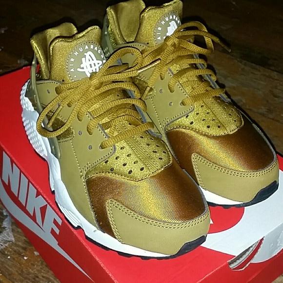 new styles 441c3 b916f Women's Nike Bronzine Huaraches Size: 7