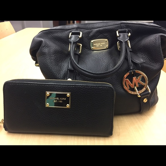 Black leather MK purse with gold hardware. M 57e3db132fd0b7a318001861 dcb75a5c1e0ad