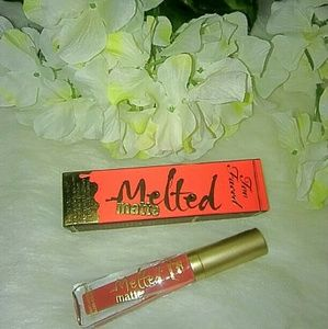 """TOO FACED """"MRS ROPER"""" MELTED MATTE LIPPY"""