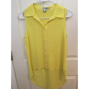 ✨ 2 for $10 ✨ • Yellow Sleeveless Button-Up Blouse