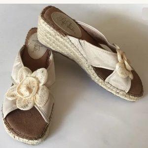 5bedd28db31 Life Stride Straw Wedge Sandals Size 8