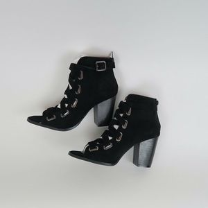 Qupid Shoes - Black faux suede lace up chunky heels