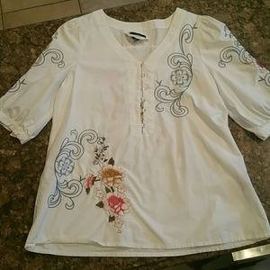 White tunic with embroidered flowers