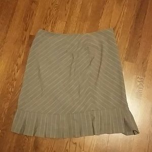 Larry Levine Dresses & Skirts - Skirt with ruffles at bottom size 12