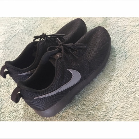 Nike Shoes - Nike Roshe Runs