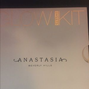 Other - Anastasia glow kit