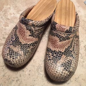 Shoes - Georgeous leather and wood mules