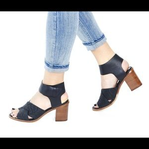 Matt Bernson Shoes - 🎉2xHP🎉Matt Bernson leather block sandals!