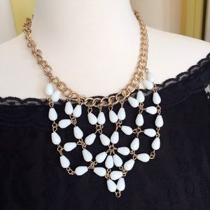 Jewelry - Elegant white statement necklace