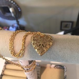Jewelry - Gold colored heart locket that says Faith