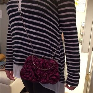 Dark purple/red-ish Rose 🌹 look small 👛