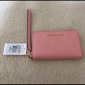 Michael Kors Handbags - 💕 Michael Kors Smartphone wristlet