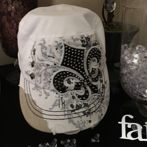 Kbethos Accessories - White adjustable hat with fleur-de-lis appliqué