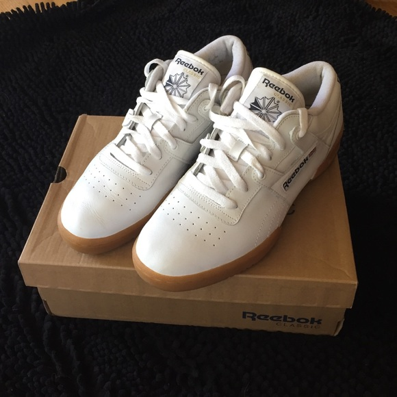 788f3146b2b59 White Reebok Classic Workout Low Gum Sole M7 W 8.5.  M 57f948e141b4e044fb00f7e6