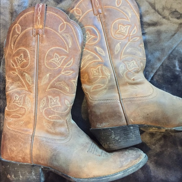7d10bb2b400 Used Ariat round toe cowgirl boots