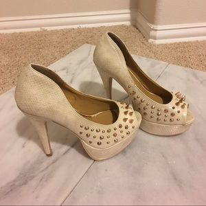 Shoe Dazzle Shoes - Pearl iridescent shoes with gold spikes. Sz 6.5
