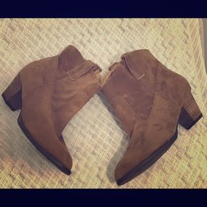 Shoes - 🎉Sale🎉Cute brown booties size 7