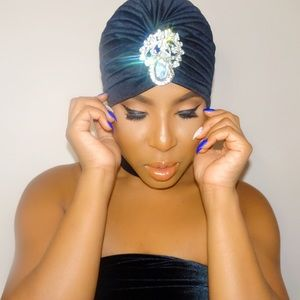 Accessories - Enbrooched black turban